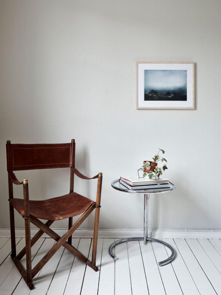 Rincón de lectura minimalista junto a la ventana