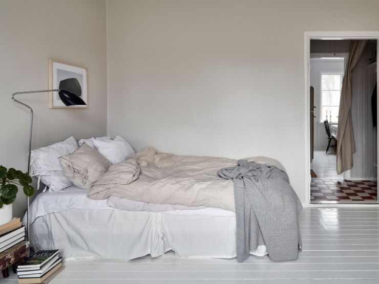 Cama integrada a la sala, ubicada en una esquina para no obstaculizar la circulación ni interferir con la distribución de los muebles