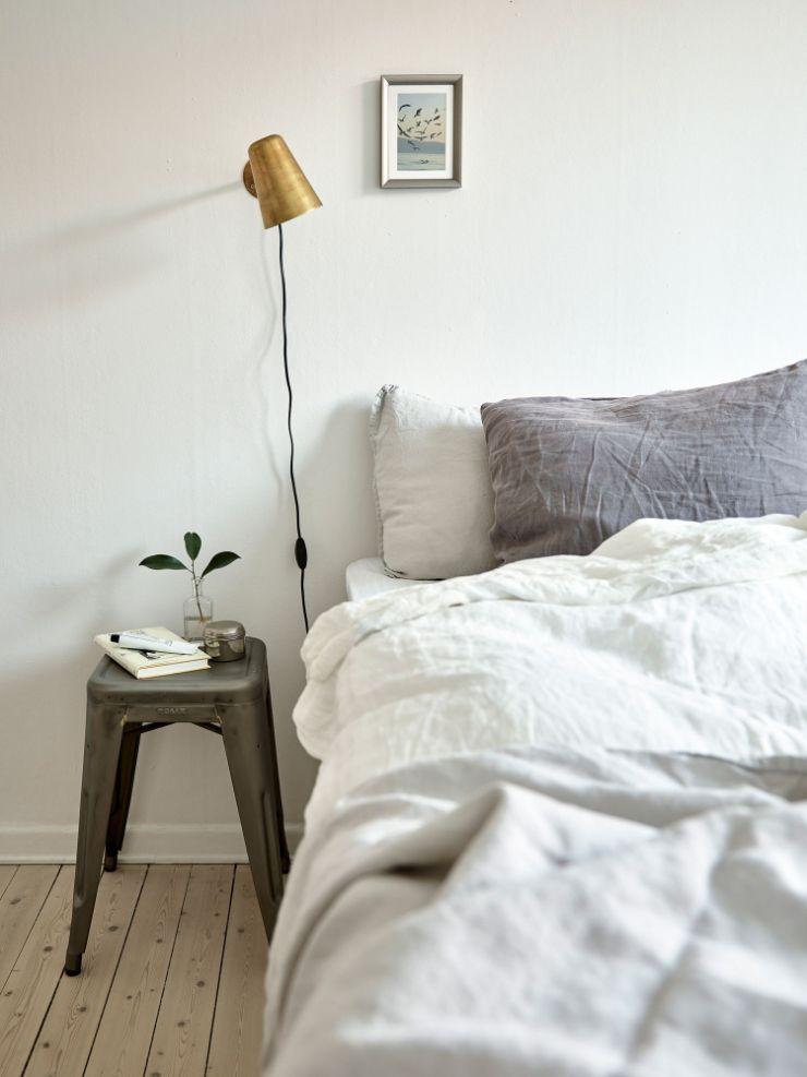Alternativas para ocupar menos espacio en habitaciones pequeñas: reemplazar veladores y lámparas de mesa