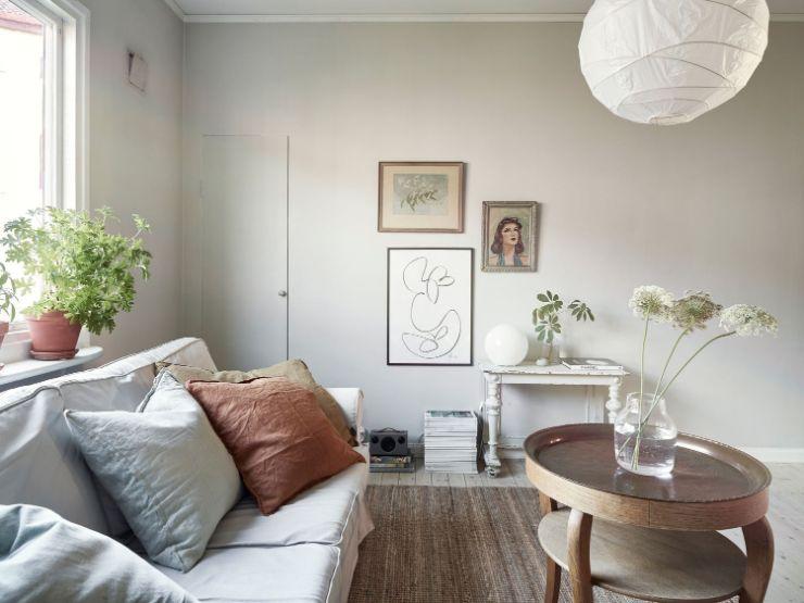 Sala pequeña con decoración ecléctica al combinar muebles de diferentes estilos