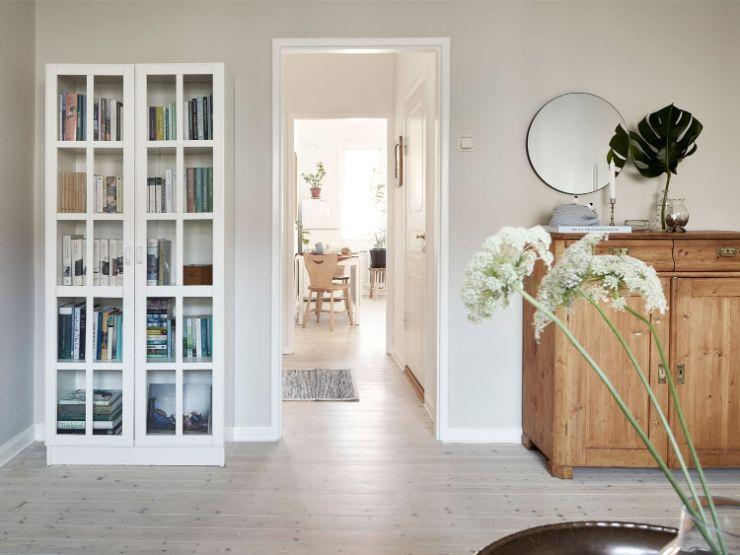 La clave para combinar muebles tan diferentes es mantener colores y materiales similares