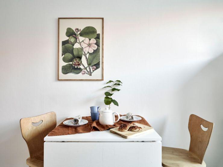 Pequeño comedor minimalista formado por una mesa extensible y unas sillas de diseño nórdico